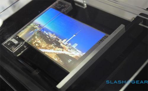samsung smartphone écran pliable au coin de la rue
