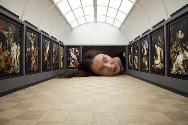 Tête dans la galerie du Louvre avec Rubens