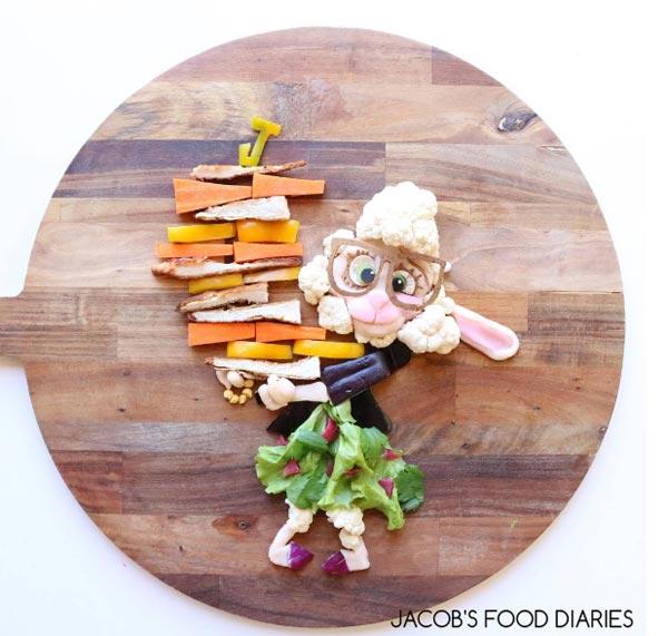 Une maman fait des sculptures pour les repas de son fils