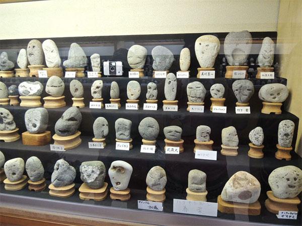 Japon musée avec rochers avec visages humains