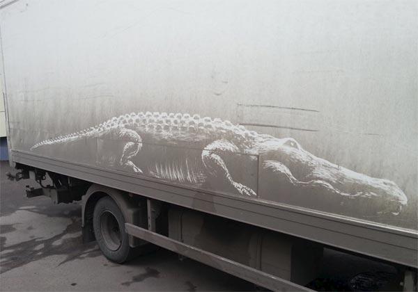 Il dessine sur des camions sales