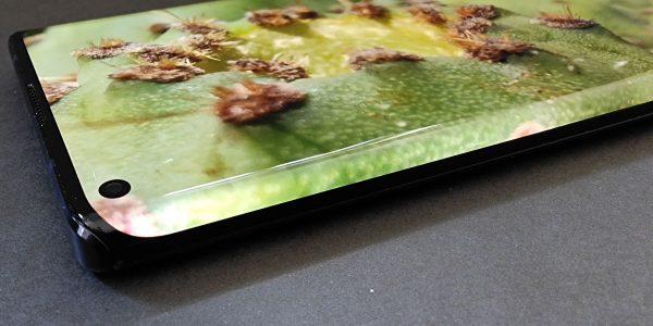 Motorola Edge Test - Un smartphone avec une écran aux bords ultra recourbés